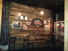 Interiores de restaurante hechos de muebles con palets (1 de 2)