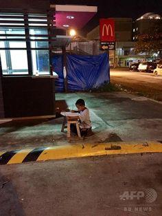 路上で勉強するフィリピン少年、ネットで反響 寄付相次ぐ 国際ニュース:AFPBB News