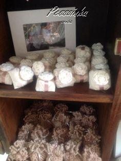 linda Flor de crochê no enfeite delicado do bem-casado e trouxinha de crochê com mini casadinhos.