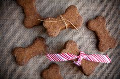 handmade holiday: healthy homemade dog treats « Food « back to her roots Homemade Dog Treats, Healthy Dog Treats, Homemade Things, Dog Treat Recipes, Dog Food Recipes, Snacks Saludables, Puppy Treats, Dog Cookies, Dog Biscuits