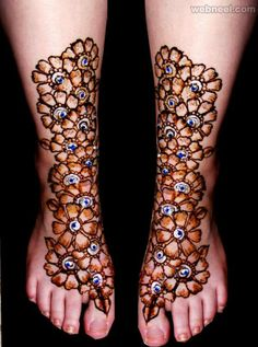Glitter mehndi designs are elaborate and intricate. It looks extremely beautiful than other Mehendi design. Hope you will like these glitter henna designs. Mehandi Designs, Pakistani Mehndi Designs, Simple Arabic Mehndi Designs, Mehndi Simple, Latest Mehndi Designs, Henna Tattoo Designs, Henna Tattoos, Tatoos, Indian Mehendi