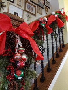 Guirnalda con decoraciones de bolas de navidad y piñas. #DecoracionNavidad