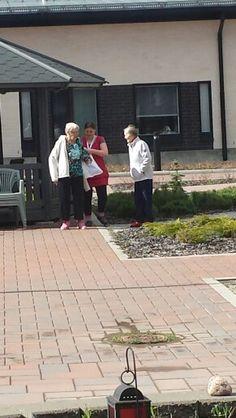 Valma ja Taina nauttimassa auringosta hoitajan kanssa 15.5