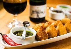 Coxinha de ossobuco servida com cerveja Wals Petroleum, prato do bar Leão da Terra (Foto: Keiny Andrade / ÉPOCA SP)
