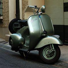 Old Vespa, vintage motor scooter Scooters Vespa, Piaggio Vespa, Lambretta Scooter, Scooter Motorcycle, Motor Scooters, Scooter 50cc, Classic Vespa, Italian Scooter, Mini Bike