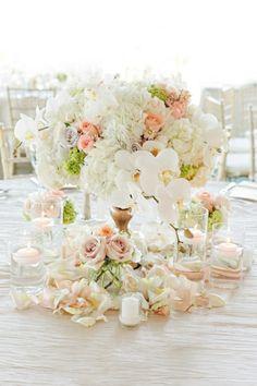 Décoration de table de mariage en blanc et rose doux