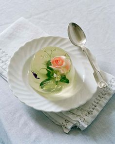 Tim Walker put edible flowers and leaves in a champagne and elderflower jelly as a wonderful refreshing dessert or amuse bouche for a formal event or wedding they look and taste as elegant as they seem in this picture Gelatina Jello, Cute Food, Yummy Food, Yummy Yummy, Delish, Tim Walker, Japanese Sweets, Japanese Wagashi, Edible Flowers