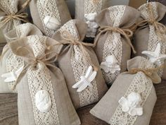 Hessian Crafts, Hessian Bags, Wedding Favor Bags, Wedding Gifts, Drawstring Bag Diy, Baby Shower Souvenirs, Diy Broderie, Diy And Crafts, Arts And Crafts