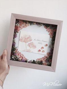 핑크프레임 버전 드라이플라워청첩장액자입니다 :) 청첩장에도 예쁜 꽃 그림이 있어서, 꽃 컬러에 맞춰서 ...
