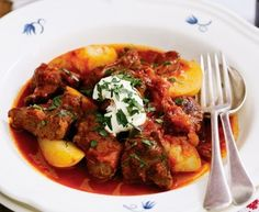 Gulyas (goulash) for the slow cooker Goulash Recipes, Slow Cooker Recipes, Crockpot Recipes, Cooking Recipes, Healthy Recipes, Beef Goulash, Slow Cooking, Savoury Recipes, Savoury Dishes