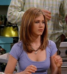 Medium length hair styles are the trend these days when it comes to men's looks. These styles are simple to create and give men suave and well groomed looks with a bit of flair. Jennifer Aniston Style, Jenifer Aniston, Jennifer Aniston Hairstyles, Jennifer Aniston Hair Friends, Rachel Green Hair, Medium Hair Styles, Short Hair Styles, Grunge Hair, Layered Hair