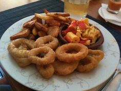 Platou cu fructe de mare Onion Rings, Seafood, Restaurant, Ethnic Recipes, Sea Food, Diner Restaurant, Restaurants, Onion Strings, Dining