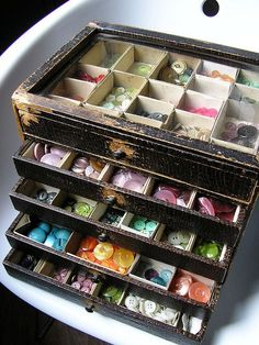 Old jewelry box to hold buttons. Great idea.