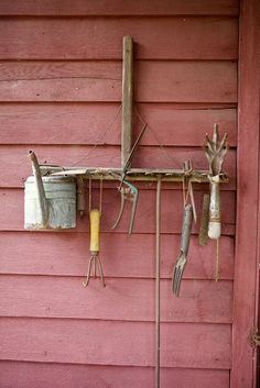 Not waste time and cash and prevent locating the gardening tools you misplace if you attempt one of these simple clever DIY Garden Tool Storage Ideas! Garden Yard Ideas, Garden Paths, Garden Projects, Garden Landscaping, Garden Tools, Garden Tool Storage, Old Tools, Marsala, Yard Art