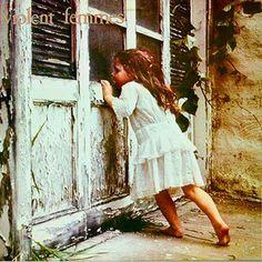 VIOLENT FEMMES - (1982) Violent Femmes http://woody-jagger.blogspot.com/2012/11/los-mejores-discos-de-1982-por-que-no.html