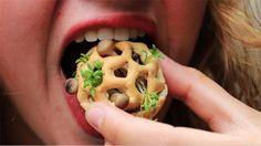 EINDHOVEN - Wie voedsel van een 3D-printer wil eten, komt al snel uit bij een pizza of chips. Studente Chloé Rutzerveld uit Eindhoven zag een gat in de markt voor meer gezond voedsel uit de printer. Met haar uitvinding 'Edible growth' wil ze voedselverspilling tegengaan.