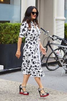 Fashion Tips for the Hourglass Shaped Body Salma Hayek looks stunning in a wrap around summer dress. Hot Summer Outfits, Summer Dresses, Spring Fashion, Autumn Fashion, Cowgirl Style Outfits, Frock Patterns, Weekend Style, Salma Hayek, Wrap