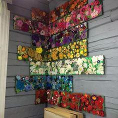 Hängda med hörnet som utgångspunkt. Tavlor med virkade blommor Bild: Yle/Lee Esselström blommor (prydnadsväxter),Strömsö (tv-program),virkning Loom Knitting, Crochet Flowers, Knit Crochet, Summer Dresses, Pattern, Locker Hooking, Crafts, Inspiration, Tv