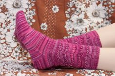 Ilmainen neuleohje Helena -villasukkiin. Lanka: Novita Nalle Taika Knitting Projects, Knitting Patterns, Boot Cuffs, Knitting Socks, Leg Warmers, Tatting, Knit Crochet, Wool, Handmade