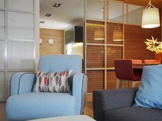 Salón comedor de diseño actual. Puertas correderas metálicas, azulejo imitación madera alistonada. Proyecto realizado por AZ diseño.