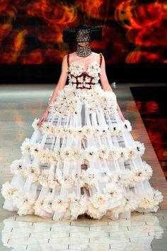 Alexander McQueen - Spring Summer 2013 Ready-To-Wear - Shows - Vogue. Fashion Week Paris, New York Fashion, Runway Fashion, Weird Fashion, High Fashion, Fashion Show, Fashion Design, Sarah Burton, Mcq Alexander Mcqueen