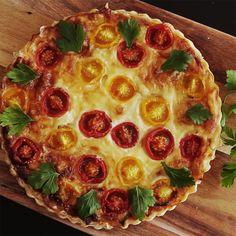 Você vai surpreender a todos com essa deliciosa receita de quiche de cogumelos e tomate cereja.