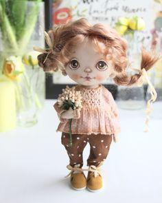 Куколка одна, но как ее меняет прическа и одежда. ✋девочки, напоминаю, что в течении 4-х дней действует скидка на обучение в закрытой группе по созданию подобной куколки! ❗️хочешь научиться создавать подобную куклу - действуй!❗️ Подробности под предыдущим постом. #текстильнаякукла #куклыизткани #авторскаякукла #кукларучнойработы #куклысахаровойнатальи Doll Clothes Patterns, Doll Patterns, Dolls With Long Hair, Doll Tutorial, Little Doll, Children's Boutique, Soft Dolls, Soft Sculpture, Fabric Dolls