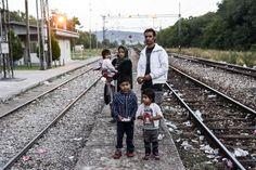 Una familia de refugiados afganos en la estación de tren de la localidad serbia de Presevo, junto a la frontera con Macedonia.