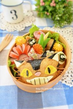 cat bus bento Japanese Food Art, Japanese Lunch, Cute Bento Boxes, Bento Box Lunch, Animal Shaped Foods, Totoro, Food Art Bento, Bento Recipes, Bento Ideas