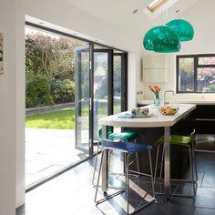 Bi-plegables-puertas traer el aire libre en | Echa un vistazo a esta cocina negro llamativo | housetohome.co.uk