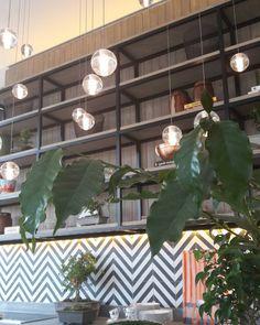 Antes de partir para o evento 2 um dos meus ambientes favoritos: cozinha da Marina Linhares com luminárias que parecem gotas de orvalho!  Apaixonante. #colavisita #casacorsp #cozinha