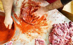 Molise - Pampanella: carne di maiale speziata e cotta al forno.è tra i piatti di carne più famosi del Molise. rossa e piccante in origine veniva preparata ... a San Martino in Pensilis, .... volete prepararla ... accompagnandola magari a del pane appena sfornato ed un buon bicchiere di Tintilia, ecco per voi la ricetta http://molisiamo.it/piatti-di-carne-dal-molise-e-la-piccante-pampanella/