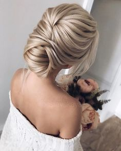 Beautiful and elegant bridal hairstyle ideas #weddinghair #updo #weddingupdo #eleganthair #messyupdo #weddinghairstyle #hairideas
