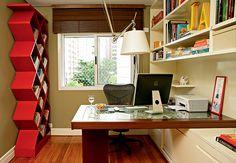A estante tipo colmeia, de MDF com pintura de laca vermelha, deixa a coleção de revistas da moradora visível e separada por estilo ou título. Projeto do arquiteto Saulo Szabó