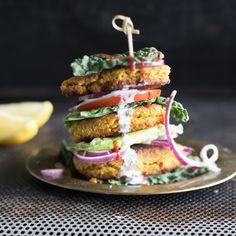 Ohne Brot und ohne tierische Produkte, dafür mit einer Extraportion Geschmack. Falafelpatties über Tomatenscheiben über Salatblättern - Burgerliebe!