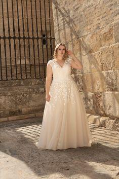 """Manche Designer entwerfen Brautkleider speziell für große Größen. Diese sehen an fülligen Frauen meist besser aus als """"Standard"""" Designs. Bei uns findest du dein TRAUM – Brautkleid. Curvy Bride, Lace Wedding, Wedding Dresses, Lady, Designs, Fashion, Suit Accessories, Wedding Dress Lace, Dress Wedding"""