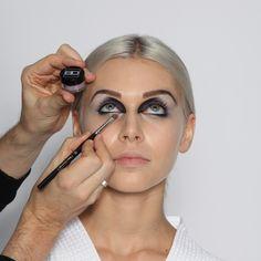 Step 11: Augeninnenwinkel  Im nächsten Schritt mit der gleichen Farbe nun die Lücke am unteren inneren Augenwinkel bzw. an der unteren inneren Augenkontur mit Hilfe eines kleinen, abgeschrägten Augenschattierpinsels (Nr. 26) schließen.