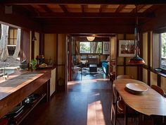 オーストラリアより、非常に興味深い物件のご紹介です。シドニー郊外に位置する、こちらの物件は、どこか懐かしい、日本の田舎の民家を思わせる、素朴なデザインのお宅です。 眺望の良い、3階建ての母屋をはじめ、大木のある中庭を中心 …