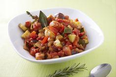 Recette de Ratatouille, La ratatouille est un plat typique du Sud qui se compose de légumes variés qui ont longuement mijoté. La recette est idéale pour l'été, à consommer chaude ou froide.