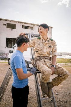 'Descendants of the Sun' drops sweet BTS stills of main lead Song Joong Ki