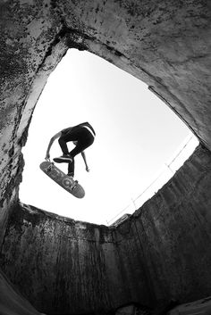 Luís Moreira 360º flip published on the cover of the 3rd surge skateboard magazine