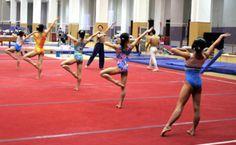 器械体操用のフロアで熱心に振り付けの練習をする5人の体操少女