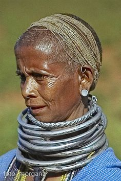 The Bonda women from India are noticeable by their bead necklaces, striking brass and silver neck collars and their shaved heads. By ©Frans Devriese