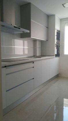 Kitchen Room Design, Modern Kitchen Design, Kitchen Layout, Interior Design Kitchen, Kitchen Shelf Decor, Kitchen Shelves, Kitchen Organization, White Kitchen Cabinets, Grey Cabinets