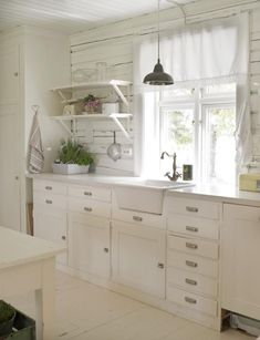 White and Shabby chic kitchen - Scandinavian Living White Houses, Kitchen Inspirations, White Cottage Kitchens, Luxury Interior Design, Home Kitchens, Vintage Kitchen, Home, Interior, Kitchen Design