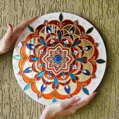 Mandala Laranja, Azul, Branca em Espelho Feita à mão com tinta relevo e verniz vitral Em espelho com 3mm de espessura Com diâmetro aproximado de 30cm  Frete GRÁTIS!!!  Mandala significa círculo em palavra sânscrito. Mandala também possui outros significados, como círculo mágico ou concentração de energia, e universalmente a mandala é o símbolo da integração e da harmonia. #belamandala #bela_mandala #stainedglass #vitral #mandala #casa #decoracao