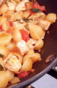 Tomatoes, chicken and pasta shells prepared in a single skillet and ready for your table in 20 minutes. Potluck Recipes, Quick Recipes, Pasta Recipes, Dinner Recipes, Pasta Dishes, Food Dishes, Main Dishes, Chicken Pasta, Skillet Chicken