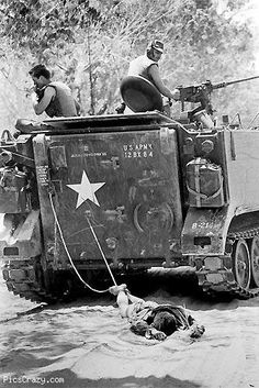 World Press Photo of the Year: 1966 Tan Binh, South Vietnam, 24 February American troops drag the body of a Viet Cong soldier to be buried. by Kyoichi Sawada American War, American Soldiers, American History, World Press Photo, Armoured Personnel Carrier, Vietnam War Photos, North Vietnam, Rosa Parks, Vietnam Veterans