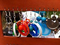 Reciclaje en Chile: aros confeccionados con plástico de tapas de botella.