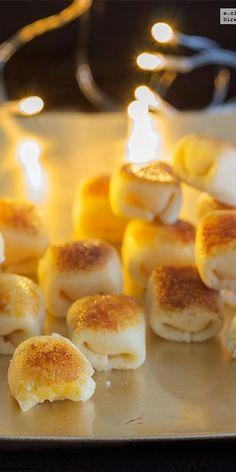 Glorias de yema. Receta de navidad Hispanic Desserts, Spanish Desserts, Spanish Dishes, Mexican Food Recipes, Sweet Recipes, Dessert Recipes, Aperitivos Finger Food, Sweets Cake, Croissants